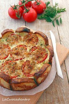 Torta salata di pane, zucchine e pomodori