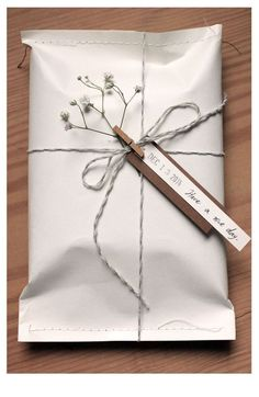 Creative Gift Wrapping, Creative Gifts, Creative Gift Packaging, Wrapping Gifts, Cute Gift Wrapping Ideas, Gift Wrapping Clothes, Creative Box, Wrapping Papers, Gift Ideas