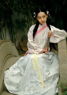 In the Ming style. Note the clear separation of top garment and lower skirt. The sleeves are narrower than those of the Han dynasty, but wider than those of Tang. Ancient China Clothing, Chinese Kimono, Chinese Clothing, Chinese Dresses, Chinese Style, Traditional Chinese, Cosplay Outfits, China Fashion, Hanfu