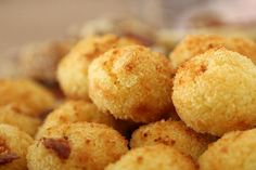 These easy and delicious Cheesy Oven Baked Arancini Balls are the perfect way to use up any leftover risotto you have in the fridge. Simple and oh-so addictive! Oh how I love arancini balls. Lunch Snacks, Lunch Box, Best Risotto, Risotto Balls, Arancini Recipe, Bellini Recipe, Balls Recipe, Appetisers, Light Recipes