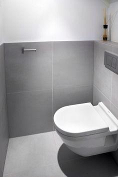 The same large square tile on floor and half wall Bathroom Toilets, Bathroom Sets, Small Bathroom, Small Toilet Room, Bad Styling, Ideas Prácticas, Downstairs Toilet, Bathroom Styling, Bathroom Interior