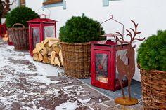 http://www.kirschner-stuben.de winter wedding location entrance with lantern and firewood photography by © radmila kerl wedding photography munich schöner Hochzeitslocation Eingang