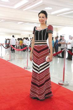 Grace Poe always goes for simple elegance as she did in her 2014 SONA terno by Roulette Esmilla; this year, she has asked Paul Cabral to design her gown Philippines Dress, Modern Filipiniana Gown, Filipino Fashion, Costumes Couture, Formal Wear Women, Red Carpet Ready, Batik Dress, Grad Dresses, Playing Dress Up