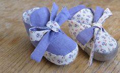 Reversible Baby Booties: Free Pattern/Tutorial  http://blog.misusu.co/p/diy-projects/reversible-baby-booties/