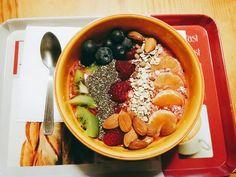 Smoothie Bowl (kiwi, clementine, raspberries, blueberries, orange juice) : - kiwi - chia seeds - blueberries  - raspberries  - muesli  - almonds  - clementine
