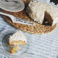 """Een drie-laagse taart !! Die wilde ik weer eens maken. Ik vind ze geweldig en ook iets chiques hebben, ondanks de simpelheid van een """"naked"""" cake. Zo noemen ze taarten die alleen tussen de  lagen door"""