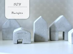 Huisjes als decoratie blijven leuk en deze huisjes met betonlook kan je heel makkelijk zelf maken! Diy Clay, Diys, Place Card Holders, Accessories, Clay, Bricolage, Do It Yourself, Diy