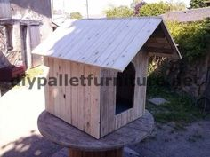 Manous dog house with pallets