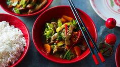 Fragrant spices, savoury soy and crunchy veg make this easy beef stir-fry recipe out of this world. Stir Fry Recipes, Beef Recipes, Cooking Recipes, Healthy Recipes, Recipies, Yummy Recipes, Easy Beef Stir Fry, Asian Stir Fry, Ching He Huang Recipes