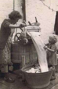 Helping grandmother with the wringer washer. - Helping grandmother with the wringer washer. Vintage Pictures, Old Pictures, Vintage Images, Old Photos, Fee Du Logis, Ddr Museum, Vintage Laundry, Vintage Kitchen, The Good Old Days