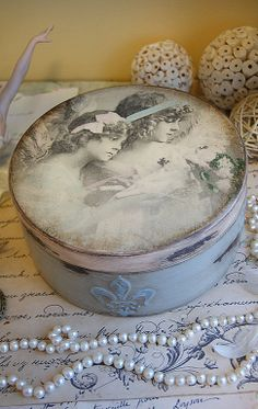 Raindrops and Roses: Photo Decoupage Vintage, Decoupage Box, Vintage Shabby Chic, Vintage Paris, Vintage Hat Boxes, Raindrops And Roses, Shabby Chic Crafts, Altered Bottles, Pretty Box