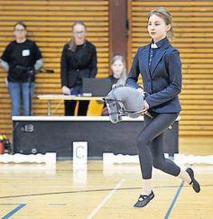 """Hobby horsing"", el inusual deporte con caballos de juguete que fascina a miles de niñas en Finlandia.  https://www.facebook.com/forohorses"