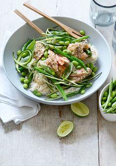 Den sprødeste og lækreste nudelsalat passer perfekt til asiatisk krydret laks. Med en blanding af nudler, grønt og fisk får du et mættende og velsmagende frokost- eller aftenmåltid.