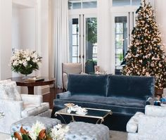 Pick up some last-minute tips! Elegant Christmas Decor, Blue Christmas, Christmas Time, Merry Christmas, Festival Decorations, Xmas Decorations, Family Room Decorating, Decorating Ideas, Holiday Decorating