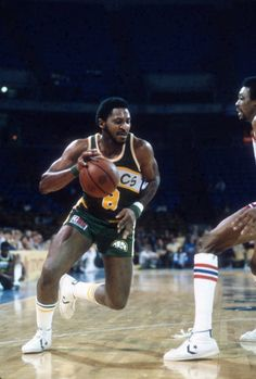 Lonnie Shelton of the Seattle Supersonics dribbles the ball against the Kansas City Kings during an NBA basketball game circa 1980 at the Kemper Arena. Basketball Court Layout, Logo Basketball, I Love Basketball, Basketball Tickets, Basketball Shooting, Basketball Leagues, Basketball Pictures, Basketball Legends, Basketball Uniforms