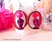 Boucles d'oreilles avec lacet en silicone violet translucide.