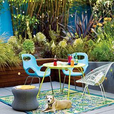 Las amantes del estilo retro seguramente se interesarán en este patio donde las sillas antiguas son las protagonistas.  Otro detalle tan llamativo como decorativo es la manta que se utiliza como alfombra.