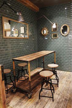 En la zona del Borne, en Barcelona y con diseño interior de Sara Ibor , hay un fantástico Bar_Restaurante: Número Nueve . Revestido de mad...