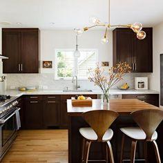 Estamos acostumados a ver as luminárias aplicadas em projetos de sala de estar ou jantar não é?! Mas elas podem ser usadas na cozinha também. Com o equilíbrio correto entre os elementos cores e materiais da pra criar arranjos elegantes e diferenciar completamente a sua cozinha.<br /><br />Precisa de uma profissional para re-decorar sua casa ou ap?<br />Entre em contato. 71 9 8892 1987<br /><br />#decoracao #luminarias #cozinha #dica