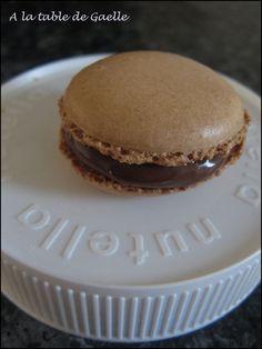 Cela fait très longtemps que je retarde le test de la recette des macarons pour de très bonnes raisons : pas de thermosonde, pas de... Macaron Nutella, Macaron Café, Macarons, Macaron Thermomix, Beignets, Cheesecake, Deserts, Muffin, Food And Drink