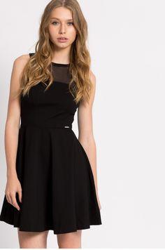 Czarna dzianinowa sukienka rozkloszowana bez rękawów