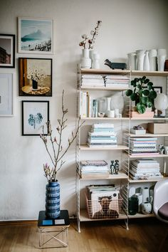Centerpiece: string shelf - Schöner wohnen - Shelves in Bedroom Decoration Entree, Decoration Design, Interior Design Hd, Interior Decorating, Bookshelf Decorating, String Regal, String Shelf, Living Room Decor, Bedroom Decor