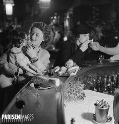 Jeunes femmes dans un bar. Paris, 1937-1938.