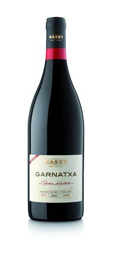 Vino tinto Garnatxa de Bodegas Maset del Lleó. Un excelente vino tinto de la variedad de uva garnacha, que Maset del Lleó ha elaborado con sumo cuidado, a partir del fruto de viñas viejas de más de 60 años, ubicadas en la Serra de Pàndols (provincia de Tarragona).