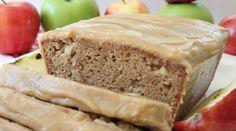 Pain aux pommes avec glaçage au caramel gourmande , aime beaucoup les cakes, ça se prend bien au petit déjeuner, à la collation ou même comme dessert! Celui-ci se laisse déguster sans problème, un peu humide c'est normal, et pour faire changement on pourrait facilement remplacer les pommes par des bananes! Le glaçage apporte une touche un peu plus sucrée! Ce pain aux pommes et caramel, en plus d'être délicieux, se garde au congélateur jusqu'à 2 mois. Préparation : ' Pain aux pommes avec… Quick Bread, Meatloaf, Biscuits, Scones, Banana Bread, Sweet Tooth, Muffins, Food And Drink, Nutrition