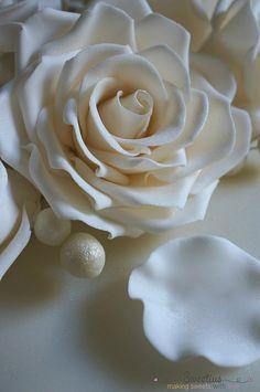 Γαμήλια Τούρτα με Τριαντάφυλλα   Wedding Cake with Roses - Sweetius Wedding Cake Roses, Wedding Cakes, Rose Cake, Icing, Simple, Desserts, Food, Recipes, Wedding Gown Cakes