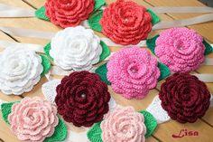 Rose fermatende all'uncinetto con foglie, nastro di raso e perlina centrale