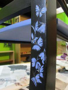 Sedia color ebano con mensola e farfalle