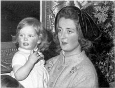 Princess Diana, then just Diana Spencer, later Lady Diana Spencer, with her mother, Countess Frances Spencer. Lady Diana Spencer, Spencer Family, Princess Diana Family, Royal Princess, Princess Of Wales, Princess Hair, Baby Princess, Princesa Diana, Elizabeth Ii