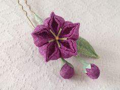 ちりめんで制作したつまみ細工の桔梗のかんざしです、 蕾2つと葉っぱも付いています。 1輪でシンプルなので、大人な方の和装にも似合うと思います。 下記の注意事項をよくお読みください。  全長:約11cm  花:約3cm  かんざし:7cm