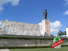 CERVEZA PALMA CRISTAL TE DICE ¿En dónde se encuentra el Mausoleo del Ché Guevara? El Mausoleo del Che Guevara es un monumento en Santa Clara, una localidad de la isla caribeña de Cuba. Alberga los restos del político, guerrillero y dirigente comunista cubano argentino Ernesto Guevara y veintinueve de sus compañeros combatientes que murieron en 1967. El área total incluye una estatua de bronce de 22 pies del Che que es conocida como el Complejo Escultórico Ernesto Guevara…