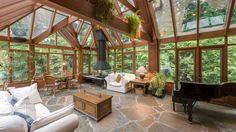 grande véranda bois avec toiture vitrée, cheminée et piano à queue