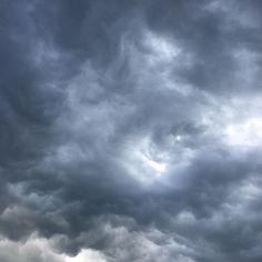 Il cielo di oggi è... no limits! #nolimits #cielonero #sky #nuvoloni #temporale #blacksky #clouds #natasciapane