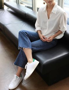 Classique mais efficace, le trio chemise blanche/jean/Stan Smith reste un must ! Women's Jeans - http://amzn.to/2i8XN7s