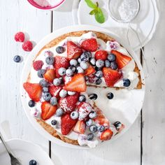 Love pizza but don't love the unhealthy ingredients? Our healthy take on dessert pizza will have you enjoying it with all the taste and none of the guilt! Healthy Treats, Healthy Desserts, Yummy Treats, Yummy Food, Healthy Foods, Healthy Recipes, Dessert Pizza, Love Pizza, Desserts To Make