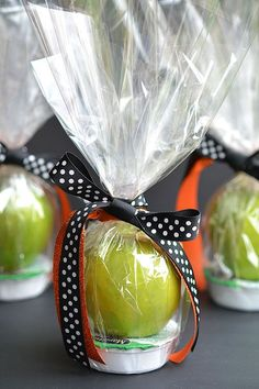 fall party food These apple and caramel fall treats are such a GREAT alternative to candy! They'd be fantastic as teachers gifts, party favors or even fall birthdays! Holidays Halloween, Halloween Treats, Halloween Fun, Holiday Crafts, Holiday Fun, Hallowen Ideas, Fall Gifts, Fall Teacher Gifts, Halloween Teacher Gifts