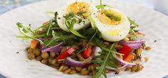 Linsen-Rucola-Salat mit Ei sättigt gut und ist voller gesunder Inhaltsstoffe. Ergänzen Sie Ihr Partybuffet oder bereiten Sie sich einen Bürosnack zu.