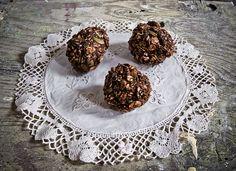 Oat balls with cocoa, coconut, seeds and raisins. Great vegan energy snack.  Kakaowe kulki owsiane z kokosem,ziarnami i rodzynkami