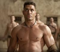 Crixus was een zeer belangrijk randpersonage omdat hij niet altijd overeen kwam met Spartacus en daardoor was er ook veel ruzie tussen hen. Crixus beslist dan uiteindelijk toch om zich af te splitsen van Spartacus en hij neemt 1/3 van de soldaten met zich mee. Zelf kent hij een zeer succesvolle opmars tegen Rome, maar uiteindelijk verliest zijn leger tegen Gellius.
