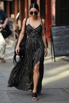 Vanessa Hudgens com vestido longo com fenda lateral e acessórios delicados.