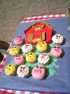 Cake and cupcakes at a Farm Party #farmparty #cupcakes