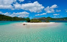 Pantai gili kedis memiliki hamparan pasir putih, terang, dan berkilau diterpa cahaya matahari. Pemandangan tanpa sampah akan anda temui di pantai ini.  yuk kunjungi.