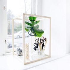 I made a wooden frame to create beautiful decorations. It is a simple project with a great effect. Fill it with ceramics, plants or a lamp.