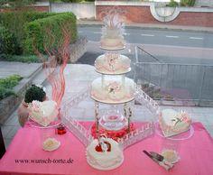 Torte 3: Identisch mit Torte 2, dekoriert mit handgeblasenen Zuckertauben (auf der unterer Torte). Die Zuckertauben bieten wir Ihnen gegen einen Aufpreis gerne an.