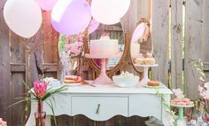 Quem ainda está na dúvida sobre as cores do chá de cozinha ou de lingerie: tons pastéis é a solução! Romântica e divertida, essa paleta é extremamente feminina! E o bom que é super fácil de achar os materiais nessas cores! Pratos de bolo, pratinhos coloridos, bexigas, muito glitter e tassels (quinta tem tutorial de tassel na #TVstclaire ! Fiquem ligadas!) com um mix de mint e rosa claro deixam …