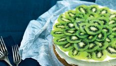 Philadelphia no bake cheese cake with kiwi sclices Desserts For A Crowd, No Bake Desserts, Delicious Desserts, Dessert Recipes, Kiwi Dessert, Ice Cream Deserts, 50th Cake, Pastry Cake, Kitchens